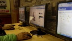 Google a Facebook sa v boji proti falošným správam spojili s novinármi