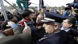 V aténskom migračnom tábore vypukli nepokoje. Prítomný bol aj minister