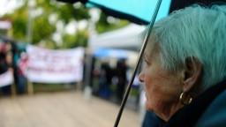 Dôchodcovia čelia exekúciám. Nezvládajú splácať dlhy