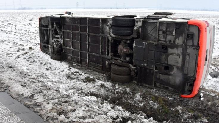 Na východe Slovenska havaroval autobus s desiatimi cestujúcimi