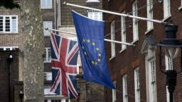 Britskí poslanci schválili zákon, ktorý umožní začiatok rokovaní o Brexite