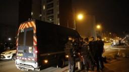 Demonštranti v Paríži podpaľovali autá, reagujú na zatknutie mladíka