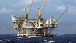 Zásoby ropy vo svete sú naďalej vysoké, ceny klesajú