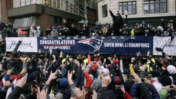 Hráči Patriots oslavovali zisk titulu, aplauz patril najmä Bradymu