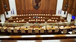 V pléne zostalo pár poslancov, rokovania ukončila téma VÚC