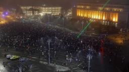 Protesty v Rumunsku neutíchajú, v uliciach sú aj stúpenci vlády