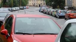 Košickí vodiči si z chodníkov urobili parkoviská. Mesto pripravilo nevšedné riešenie