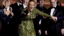Bodovali Adele i Bowie. V Los Angeles udeľovali hudobné ceny