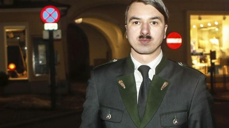 Zadržali dvojníka Adolfa Hitlera, policajtom nekládol odpor