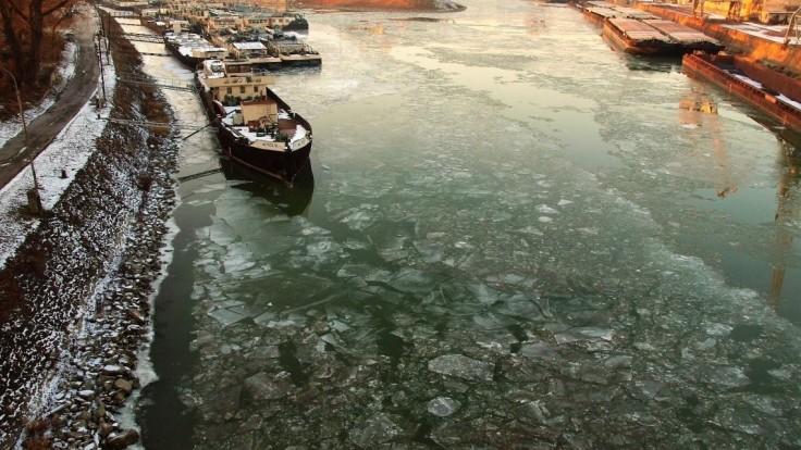 V bratislavskom prístave sa potápala loď, zasahovali hasiči