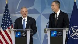 NATO je základným kameňom, upokojoval v Bruseli Trumpov minister