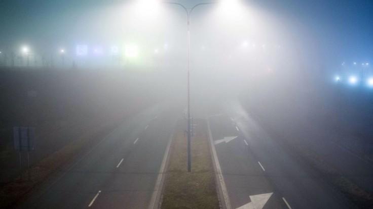 Vodiči by mali byť opatrní, dopravu komplikuje hmla a poľadovica