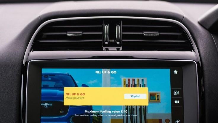 Aplikácia dovolí zaplatiť za benzín cez displej auta