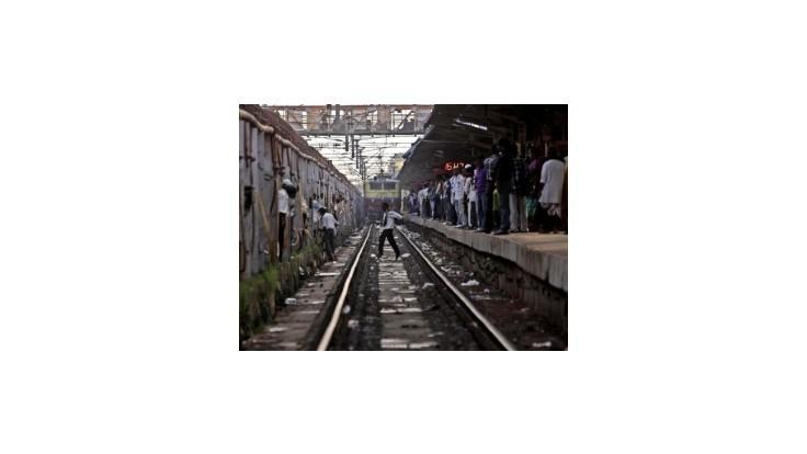 V Indii neprežilo zrážku vlaku s taxíkom 15 ľudí