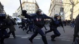Parížske ulice zachvátili nepokoje, demonštranti sú proti policajnej brutalite