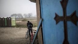V Calais nechcú ďalší utečenecký tábor. Migranti prespávajú v lesoch