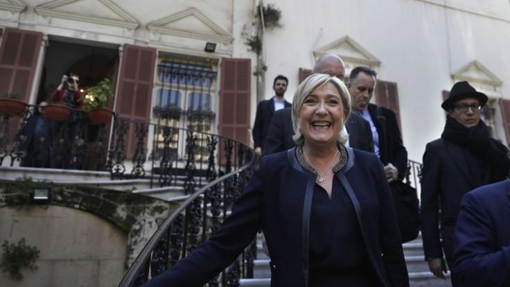 Šance Le Penovej stúpli. Dobieha súperov v prezidentských voľbách
