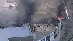 Na nákupné centrum v Melbourne sa zrútilo lietadlo