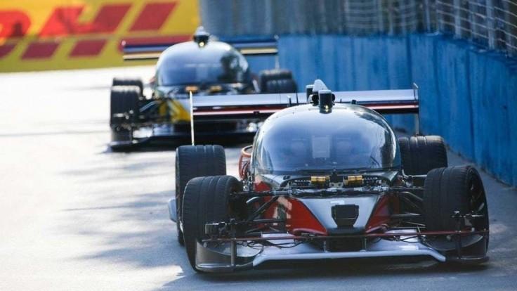 Prvé preteky bezpilotných áut poznačila nehoda