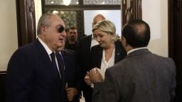Dajte si šatku, požiadali Libanončania Le Penovú. Otočila sa a odišla