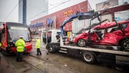V Bratislave havarovali autobus aj električka, zranilo sa niekoľko ľudí