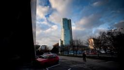 Národná banka reaguje na kritiku, guvernér vraj nelieta prvou triedou