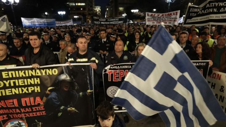 Koniec škrtom, vyzývajú v Grécku protestujúci policajti aj požiarnici