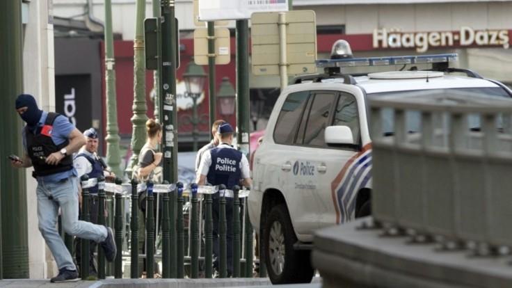 Dvaja muži vylúpili banku, zasahujúcemu policajtovi vzali zbraň