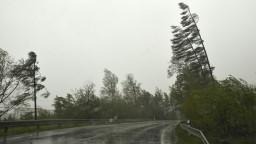 Vietor pod Tatrami strháva stromy, vydali najvyššiu výstrahu