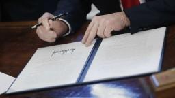 Trump nariadil zrušenie Obamových regulácií, chce zjednodušiť štátnu správu