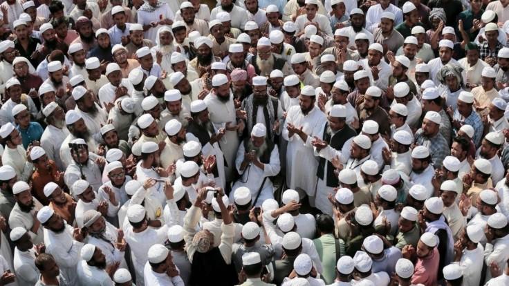 Moslimov rozhnevala socha, tisícky ľudí protestovali