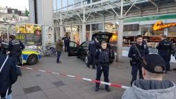 Ozbrojený muž v Heidelbergu vrazil autom do davu, polícia ho postrelila