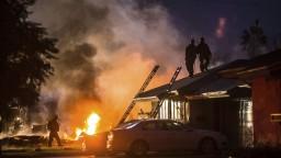 Lietadlo sa zrútilo na rodinné domy, zahynuli najmenej štyria ľudia