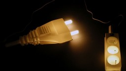 Poklesu ceny elektriny bránia vyššie poplatky. Dotknutí navrhujú zmenu