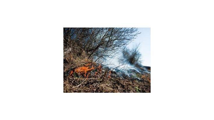 Vypaľovanie trávy ohrozilo riadenie vlakov
