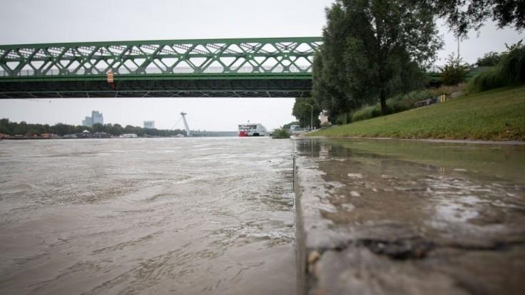 Nákladná loď narazila v Bratislave do pontónov, nikto sa nezranil