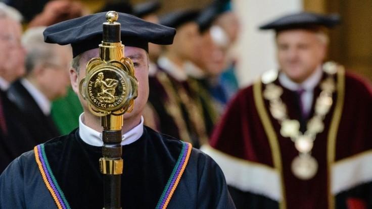 Kotlebovcov pozvali na akademickú pôdu, rektor sa má ospravedlniť
