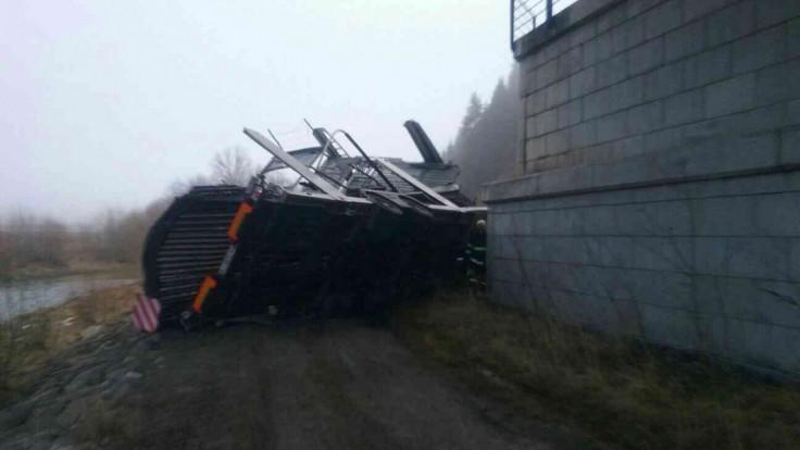 Fotogaléria: Z obchvatu na Orave sa zrútil kamión, zasahovali hasiči