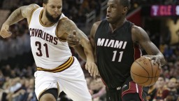 NBA: Clevelend podľahol Miami, Bogutov debut netrval ani minútu