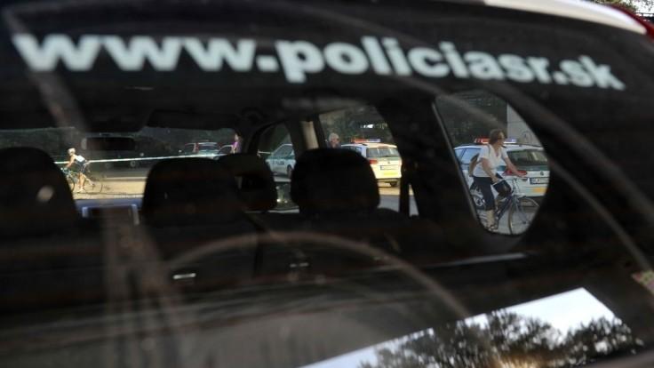 Policajti, ktorí vo videu kopali mladú ženu, čelia personálnemu konaniu