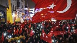 Tureckú ministerku vykázali z Holandska, Ankara sľubuje odvetu