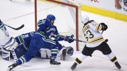 NHL: Chárov gól pomol k triumfu Bostonu, Budaj s prvým víťazstvom za Tampu