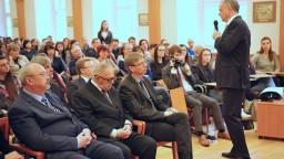 Prezident Kiska prednášal študentom o aktuálnych politických témach