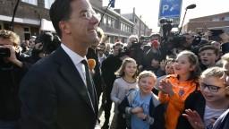Voľby v Holandsku vyhrala podľa prvých odhadov strana súčasného premiéra