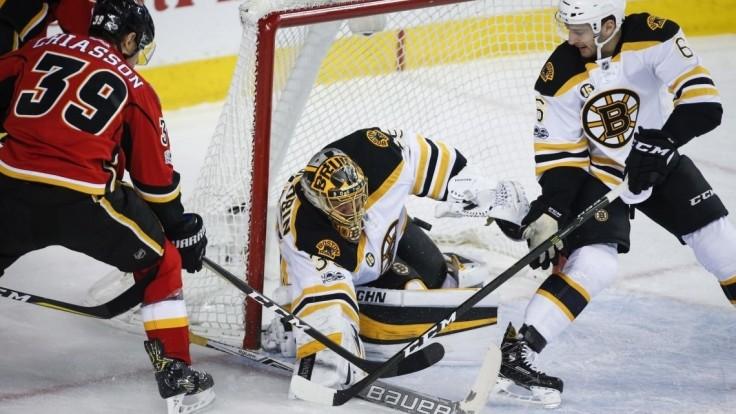 NHL: Chára asistoval pri triumfe Bostonu, Calgary prišlo o desaťzápasovú sériu