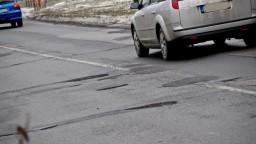 Výtlky spôsobujú vodičom škody, povinné zmluvné poistenie nestačí