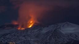Etna opäť chrlila lávu, došlo k viacerým zraneniam