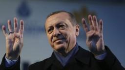 Sploďte nie tri, ale päť detí, vyzval Turkov v Európe Erdogan