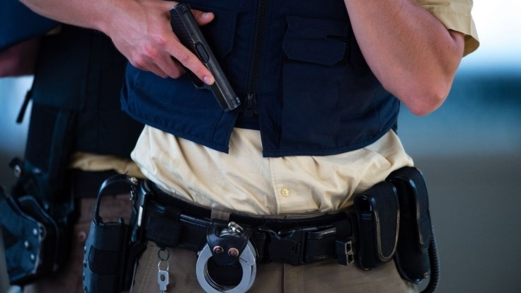 Policajti dostanú namiesto kvalitnejšieho výstroja zlaté pracky za státisíce
