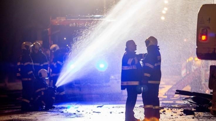 Hasiči mali plné ruky práce, zamestnávali ich požiare i silný vietor